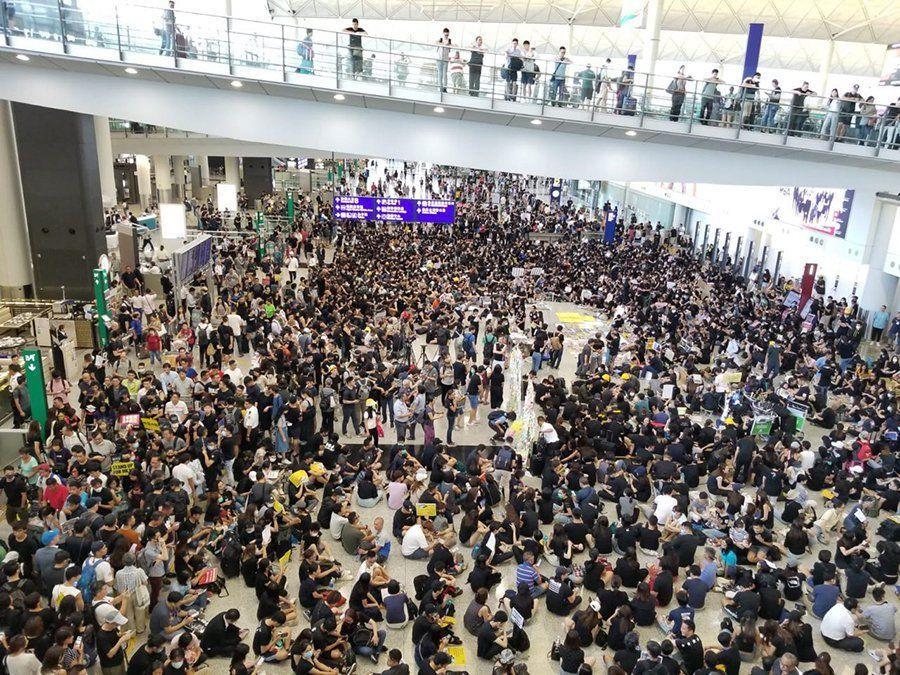 一群香港航空界職員發起7月26日在機場集會,抗議港府和警方無視元朗有不法之徒隨機襲擊市民事件。 (宋碧龍)