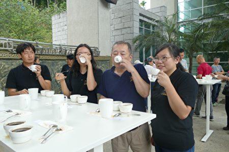 鱼池乡公所举行2019年日月潭精品咖啡评鉴分享会,邀民众体验日月潭咖啡的香气及美好滋味。