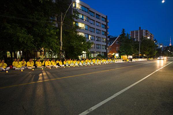 2019年7月13日晚,法輪功學員在多倫多中領館前靜坐,悼念被中共迫害致死的學員。(艾文/大紀元)