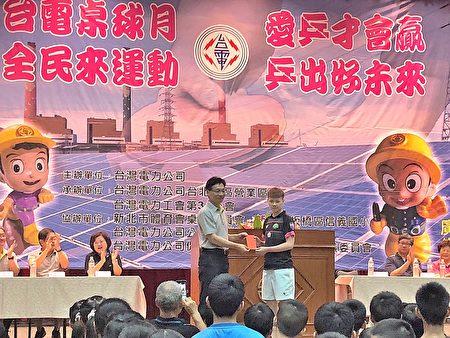 台電台北南區營業處處長李衍新頒發獎金予優勝學生