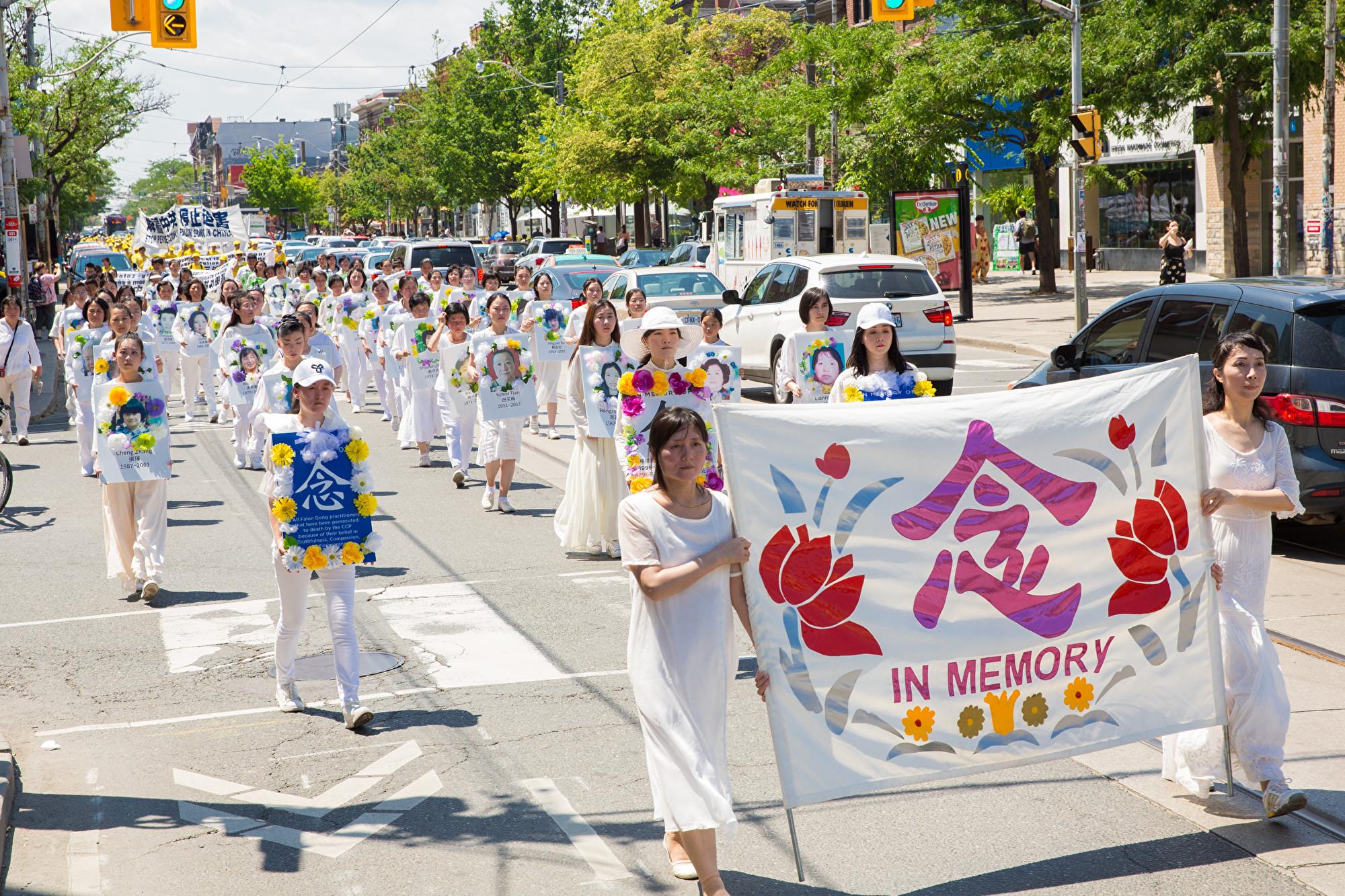 7月20日,加東地區法輪功學員舉行盛大遊行,紀念反迫害20周年,圖為白衣方陣,悼念死難的同修。(艾文/大紀元)
