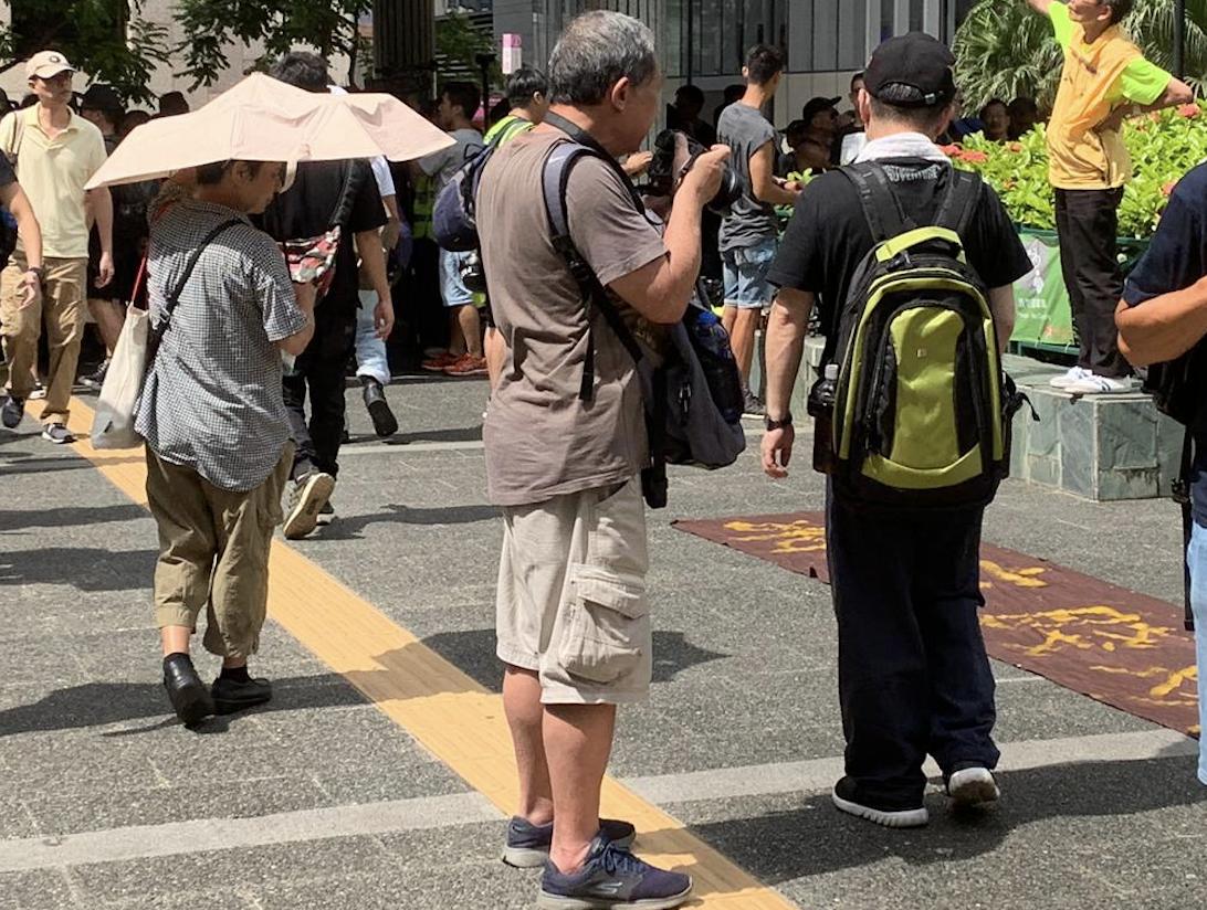 移民澳洲的七十多歲原香港教師回港參加集會遊行。(駱亞/大紀元)