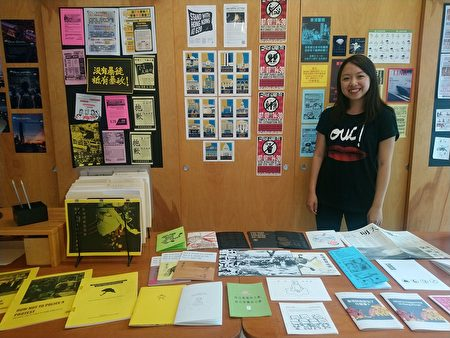 來自香港的年輕藝術家Ranee Ng與她的作品。(大紀元)
