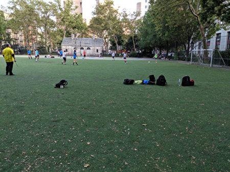 晚上游民爬进足球场草地睡觉。