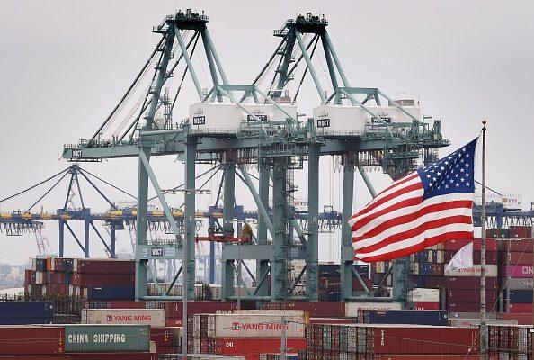 在中美貿易戰歷時一年多後, 有觀察人士說,中美「脫鉤」正在進行中,多位專家近日諫言,美國應如何繼續保持在全球的領先地位。(MARK RALSTON/AFP/Getty Images)