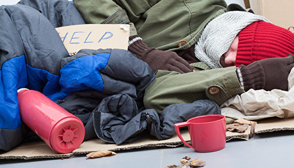在法国大多数城市,凛冽的寒冬里,很多无法被照顾到的流民睡在雪地上。示意图。(shutterstock)