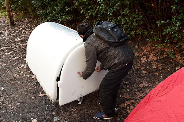 """雷纳尔说,""""要能在寒冬中存活下来,不只是要在夜晚里保持温暖,还有安全和尊严。""""雪屋的设计就是为了满足这些需求。(NICOLAS TUCAT/Getty Images)"""