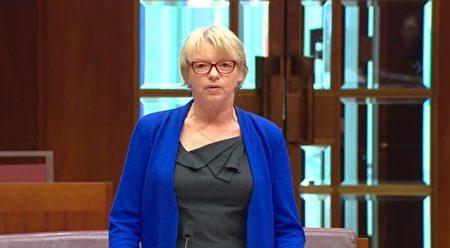 2016年11月24日,萊斯在澳洲上議院提出限制不正當器官移植動議案獲一致通過。 (議會影片截圖)
