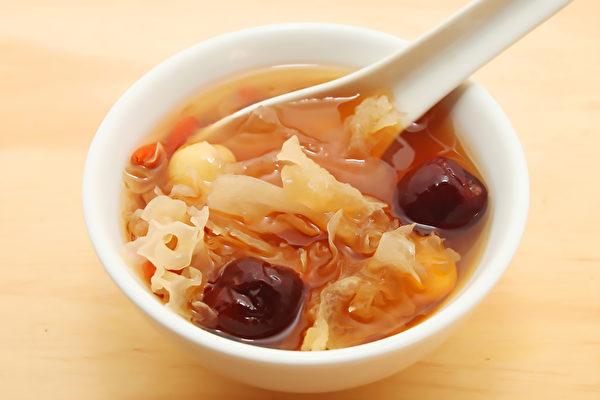 中医师推荐药膳和富含胶质的食物,帮助膝关节回春。(Shutterstock)