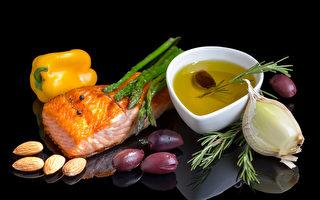 坚持地中海饮食的人可将罹患阿兹海默症的风险降低53%,如鱼中的ω-3脂肪酸和蔬果中的多酚都是抗炎营养成分。(shutterstock)