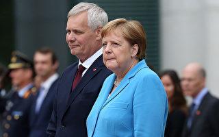 德國總理默克爾在在柏林迎接芬蘭總理到訪時第三次出現全身顫抖的症狀。(Adam Berry/Getty Images)