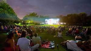 图:夏夜的露天电影,正是家庭聚会的好去处。(大纪元图片)