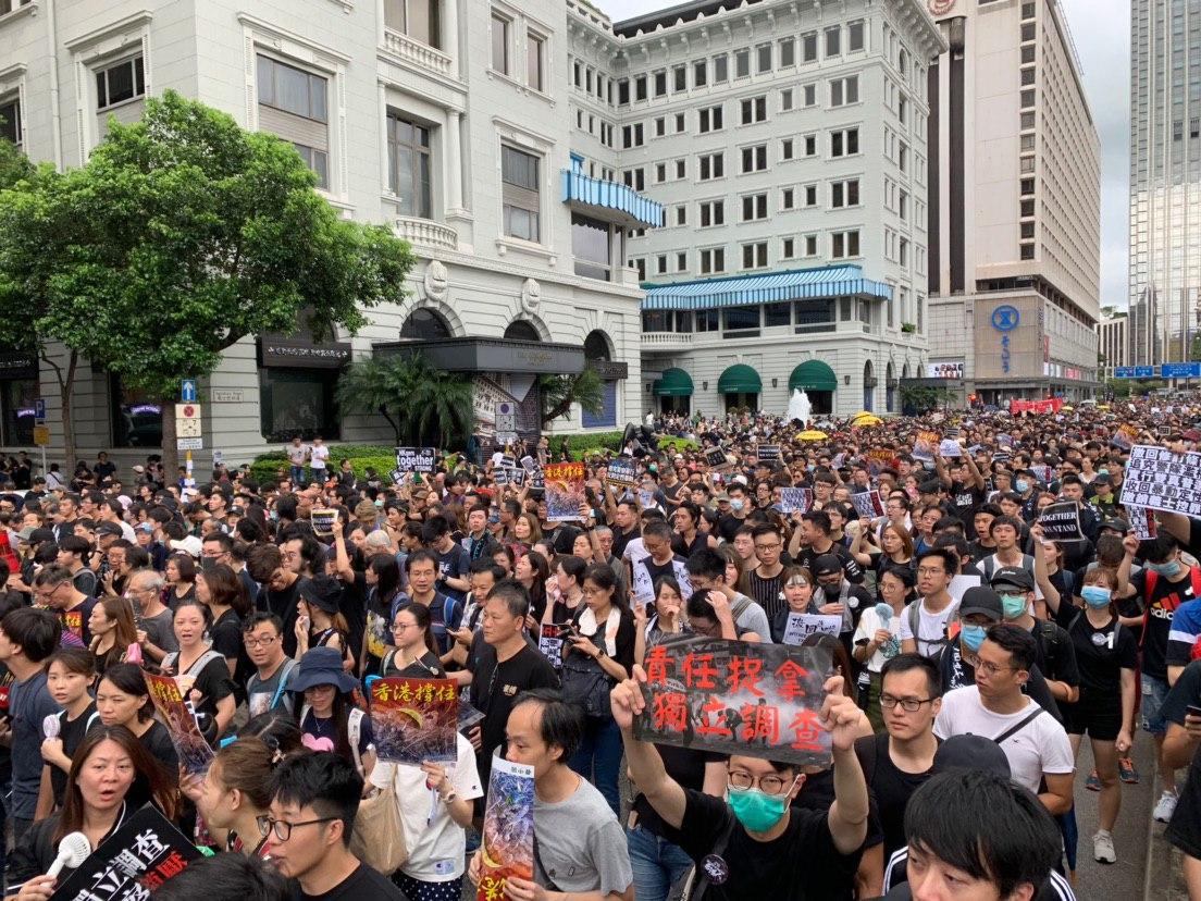 2019年7月7日,香港民間在尖沙咀發起向大陸遊客講真相的反送中大遊行。民眾擠爆尖沙咀的街道。(駱亞/大紀元)