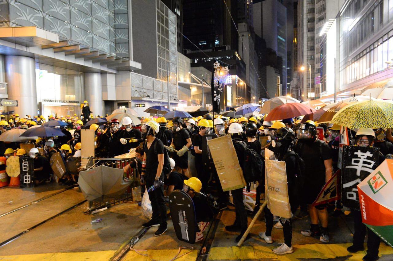 7月28日入夜,在香港西環,警民爆激烈衝突。(宋碧龍/大紀元)