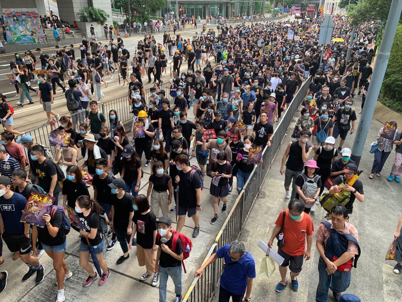 香港遮打花園舉行反送中集會,花園外壯觀的遊行隊伍。(駱亞/大紀元)
