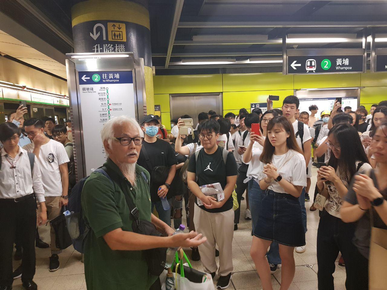 7月30日調景嶺站內有白髮老人挺身為學生說話,指學生所做的是幫助港人爭取自由,籲市民要給予更多的理解。(駱亞/大紀元)