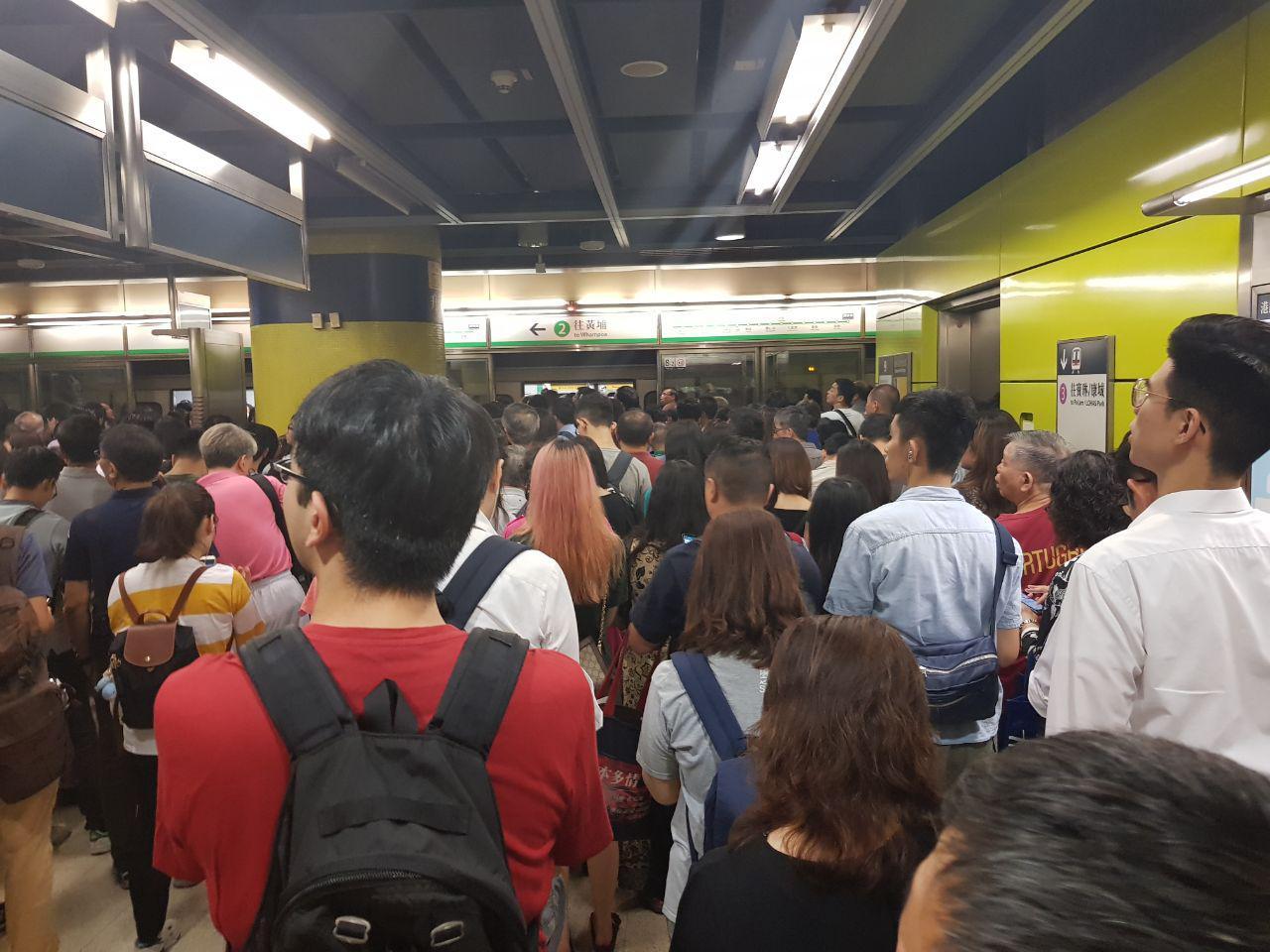 7月30日調景嶺站內,學生和市民堵住列車車門,三條線路至少癱瘓3、4個小時。(駱亞/大紀元)