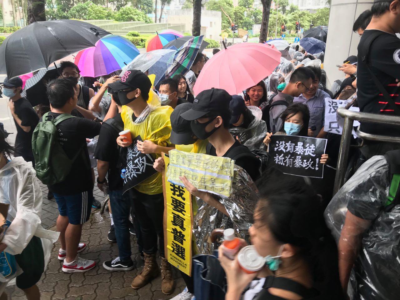 反送中44人被控暴動罪開庭 港人冒雨聲援