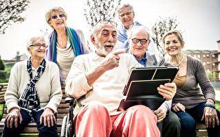 對於老年人來說,出來到公園裡進行社交,絕對有益身心健康。(oneinchpunch/Shutterstock)