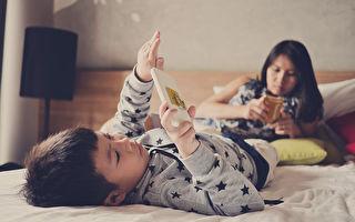 陆10岁男童玩手机险瘫痪 父母后悔莫及