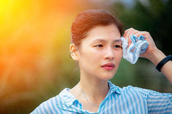 三伏天可用三伏貼冬病夏治,飲茶消暑熱。(Shutterstock)