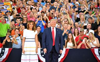 7月4日下午6点半以后,川普和第一夫人抵达林肯纪念堂,川普发表向美国致敬主题演讲。MANDEL NGAN / AFP)