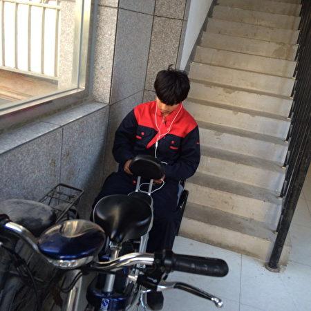 2016到2017年,谢燕益家楼道里的监控人员,原珊珊手机拍摄。(作者提供)