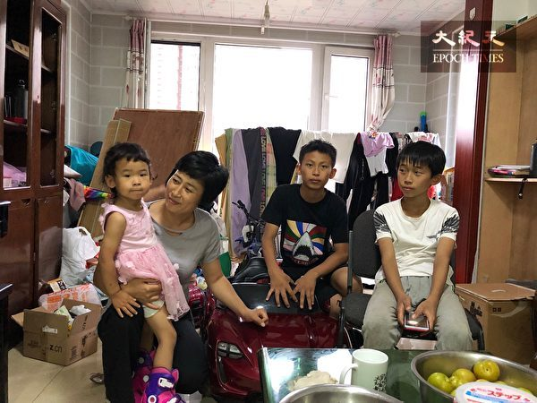 2019年7月,刚刚搬家的原珊珊和三个孩子合影。(作者提供)