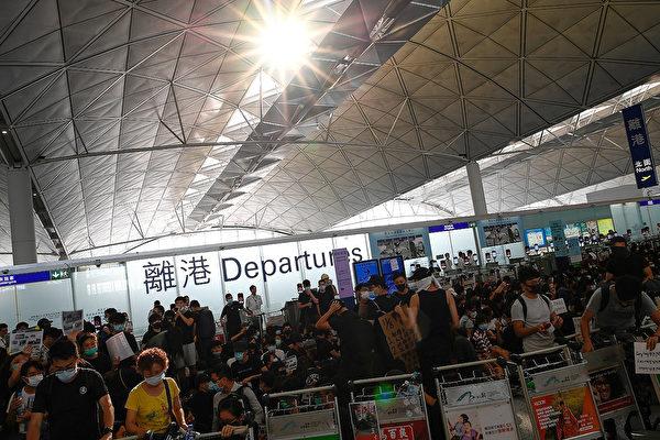 有網民號召香港市民13日下午再到機場「齊齊再接機」。(Manan VATSYAYANA / AFP)