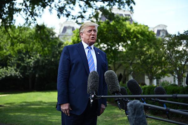 特朗普總統8月2日在白宮南草坪回答記者問題,包括《中導條約》。(Brendan Smialowski/AFP)