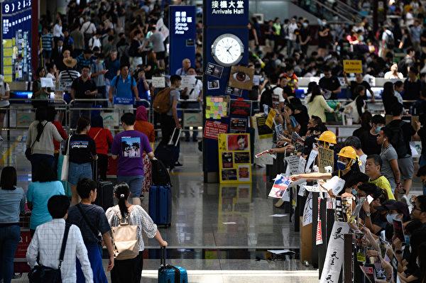 有網民號召香港市民13日下午再到機場「齊齊再接機」 (Philip FONG/AFP)