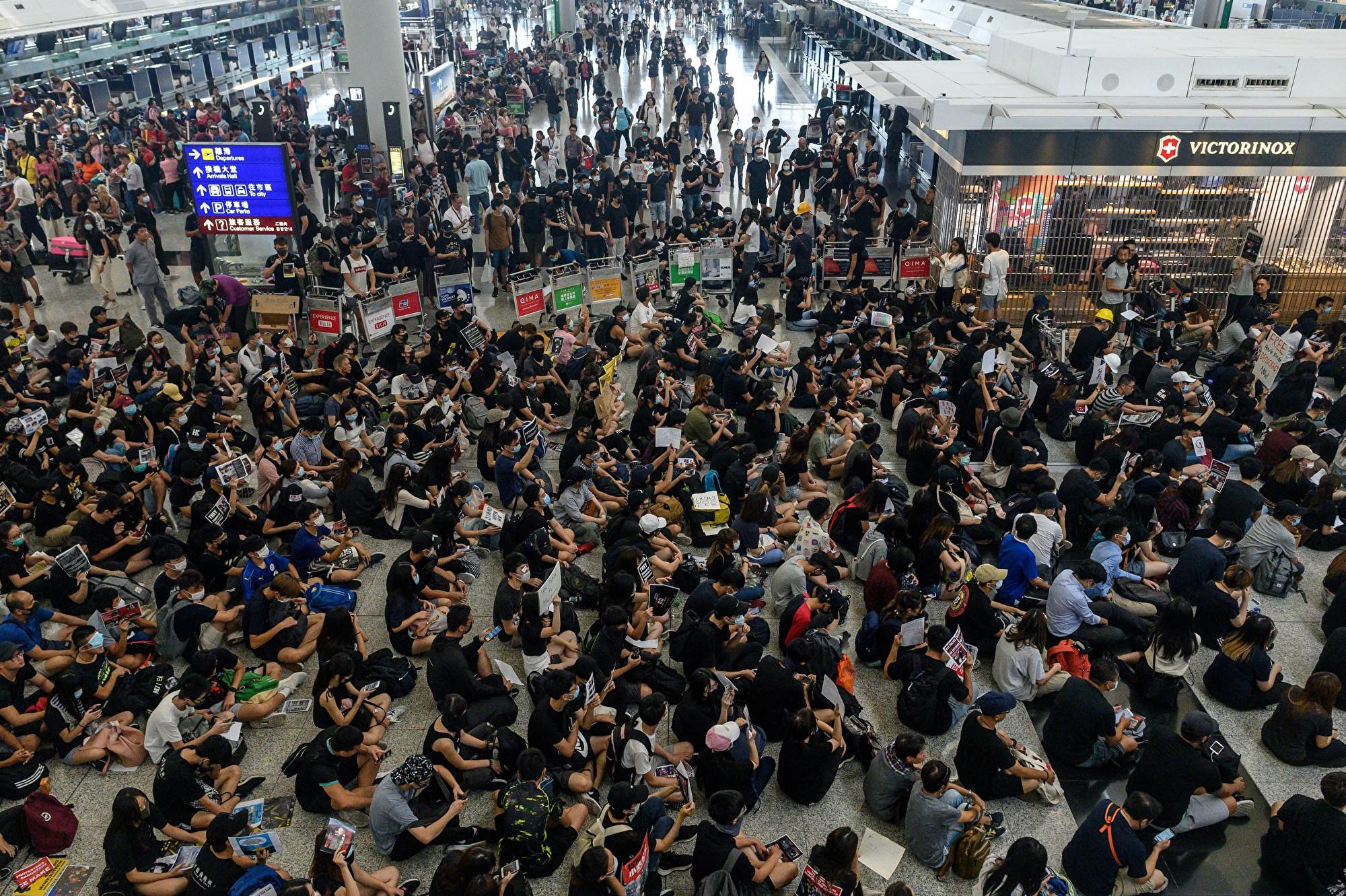 有網民號召市民8月13日下午再到機場「齊齊再接機」。(Philip FONG/AFP)