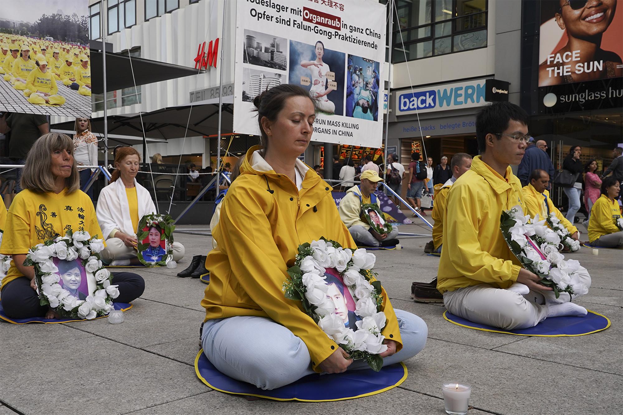 德國法輪功學員於2019年7月13日舉辦燭光守夜活動,悼念在中國被迫害致死的法輪功學員。(明慧網)