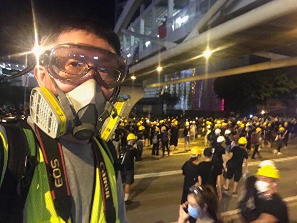 大紀元新唐人攝影記者余鋼在反送中現場即時報道。(大紀元)