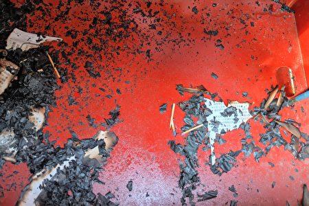 在白石鎮住宅區的報箱被不明人士縱火,裡面的報紙被燒毀,裡面可見到數根火柴棍。