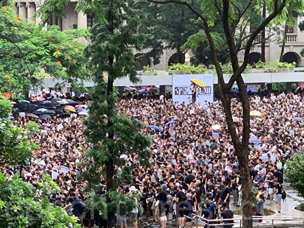 8月17日,2.2萬香港教育界在遮打花園舉行「守護下一代 為良知發聲」集會遊行。(駱亞/大紀元)
