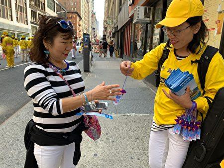 韩裔民众很高兴接过法轮功学员赠送的小莲花。