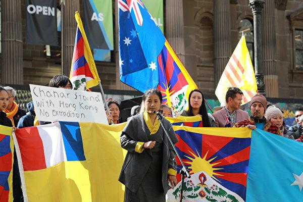 2019年8月25日,西藏九十三協會(Gu-Chu-Sum Association)主席卓嘎(Lhagri Namgyal Dolker)在集會上發言。(Grace Yu/大紀元)