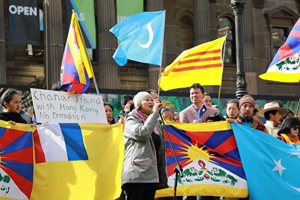 2019年8月25日,澳港聯(Australia-Hong Kong Link)發言人、香港社區代表潘女士(Jane Poon)在集會上發言。(Grace Yu/大紀元)