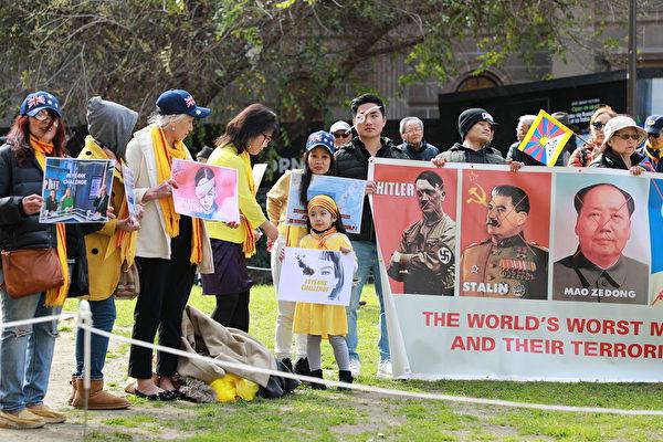 2019年8月25日,逾百名來自不同族裔的有識之士在墨爾本市中心州立圖書館(State Library)前舉辦集會,表示支持香港「反送中」。(Grace Yu/大紀元)