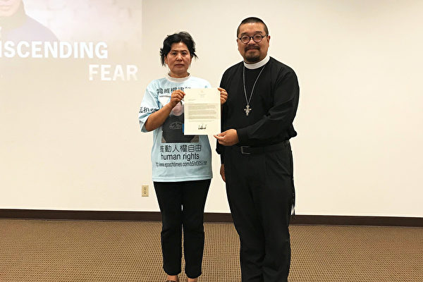 耿和女士(左)與華人基督公義團契牧師劉怡收到總統特朗普聲援高智晟的來信。(李沁一/大紀元)