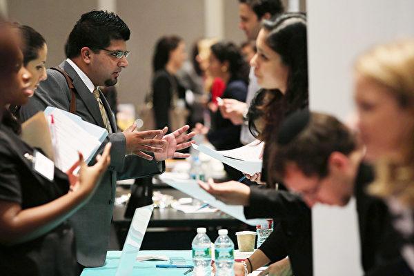 7月美國新增就業16.4萬人,失業率維持在3.7%的低位,同時總就業人數達1.63億人,升至歷史新高。(Spencer Platt/Getty Images)