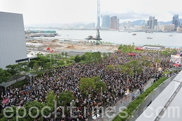 2012年港民走上街頭,抗議中共的洗腦課程。(孫青天/大紀元)