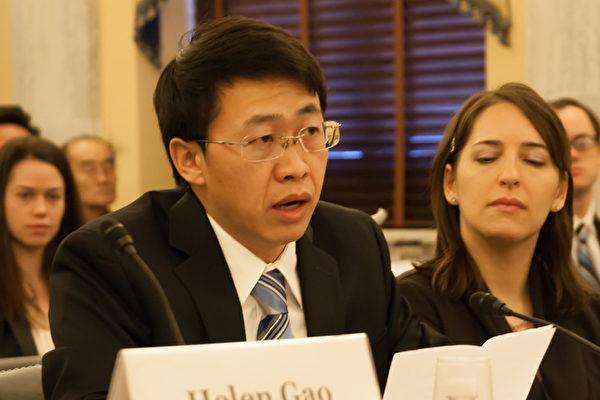 原中國空軍少校胡志明(左一)2012年12月8日在美國國會及行政當局中國委員會舉辦的聽證會上,講述自己自1999年後先後三次被中共關押和監禁的經歷,時間長達8年2個月。(李莎/大紀元)