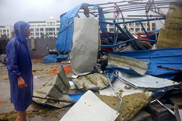 颱風利奇馬8月10日凌晨在浙江登陸後,重創浙江,目前已造成18人死亡,300萬人受災。圖為浙江溫嶺市,有建築物遭颱風吹毀的。(AFP/Getty Images)