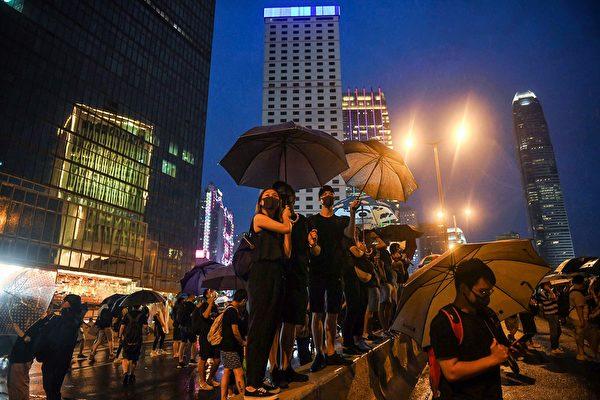 夏愨道部份遊行人士,途徑警總、政府總部西翼及解放軍駐港部隊總部。(LILLIAN SUWANRUMPHA/AFP/Getty Images)