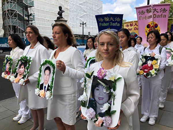 來自瑞士的法輪功學員Denise Alfjorden女士(前右一)表示,人們不應該因為信仰而受迫害。(邵燕/大紀元)