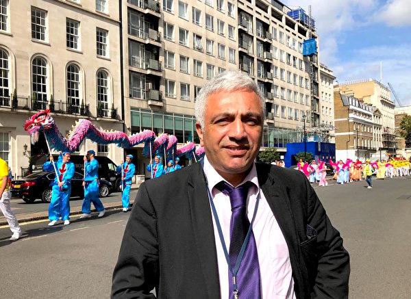 原籍土耳其的Ramasan Buyuktinur先生移民英國38年,他看到遊行表示神奇,認為自己將來可能會成為法輪功隊伍的一員。(邵燕/大紀元)