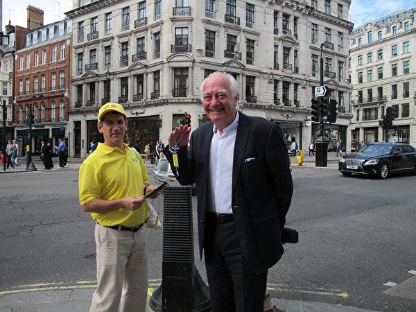 一家百年時尚家族企業的繼承人Ralph Goodstone先生(右)說,所有的人必須支持法輪功反迫害。(麥蕾/大紀元)