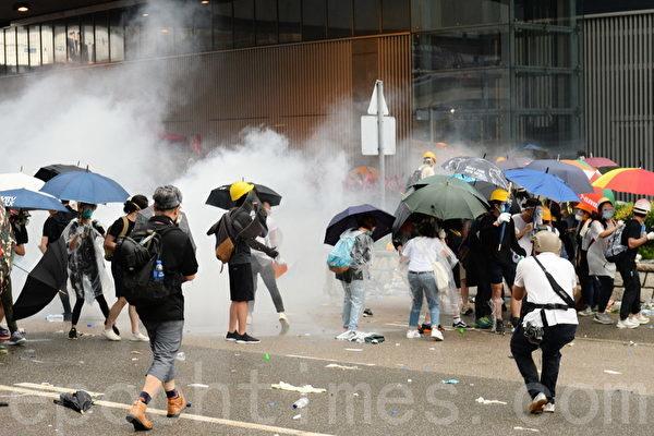 圖為香港民眾遭港警發射的催淚彈攻擊。(宋碧龍/大紀元)